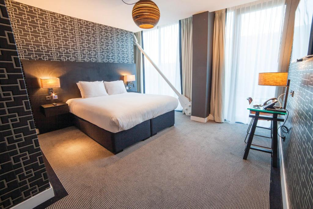 Queen Guest Room - Mobility Accessible