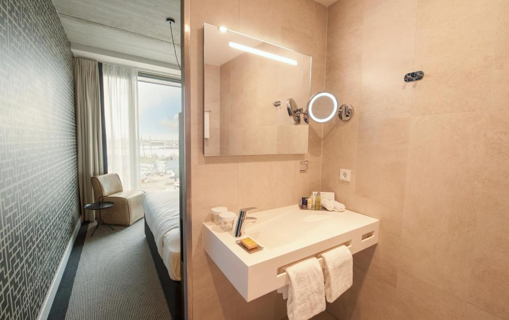 Queen Guest Room with River View