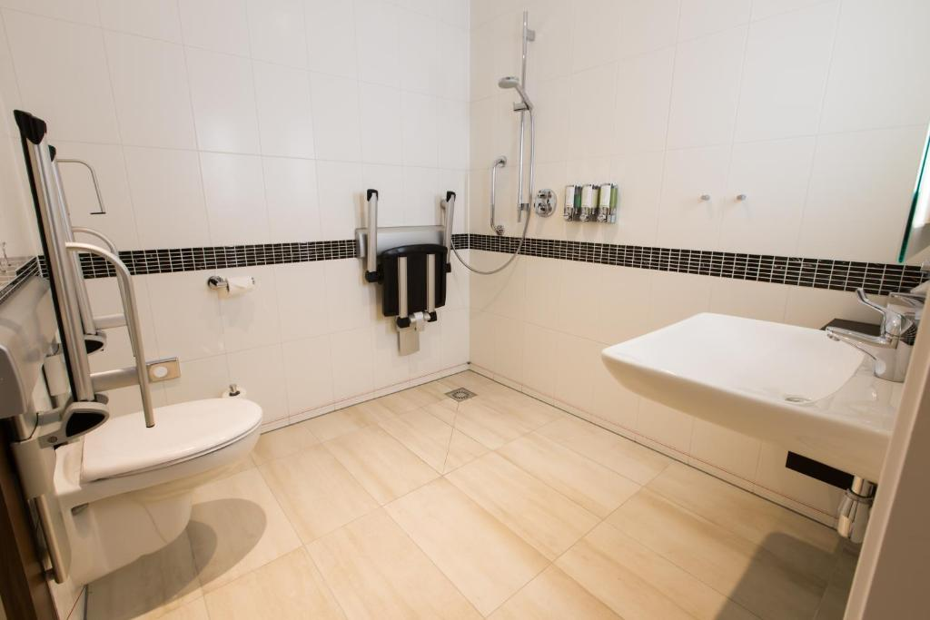 Queen Room with Roll-In Shower - Mobility Access - Non-Smoking